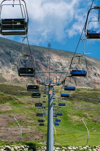 Verticaal beeld van kabelbanen op een bergpark Gratis Foto
