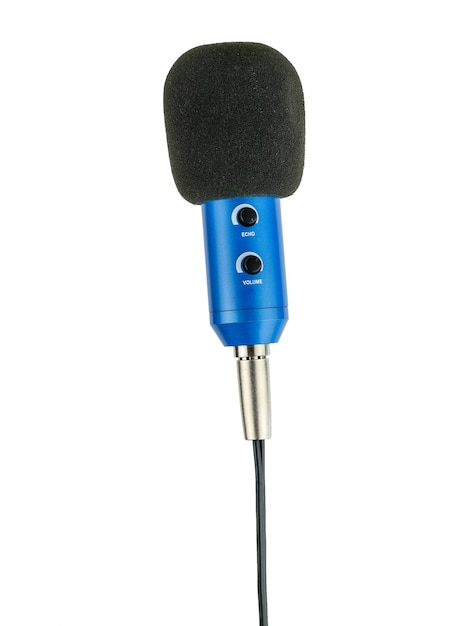 Verticaal geplaatste blauwe microfoon met geïsoleerde draad. Premium Foto