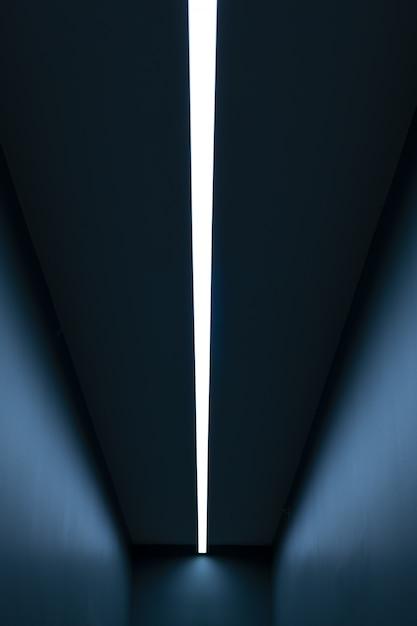 Verticaal licht in een lange blauwe kamer Gratis Foto