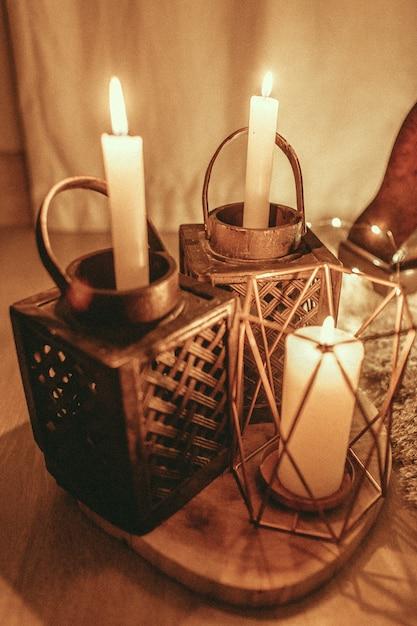 Verticaal schot van brandende kaarsen met een mooi ontwerp van kandelaars Gratis Foto