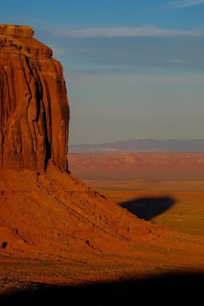 Verticaal schot van een grote mooie woestijnklip op een zonnige dag Gratis Foto