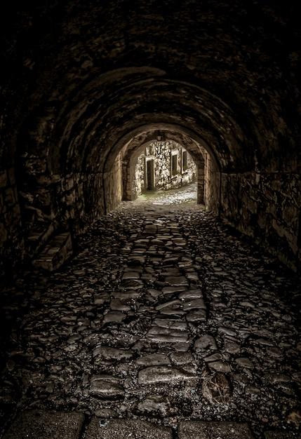 Verticaal schot van een lege tunnel naar de gebouwen Gratis Foto