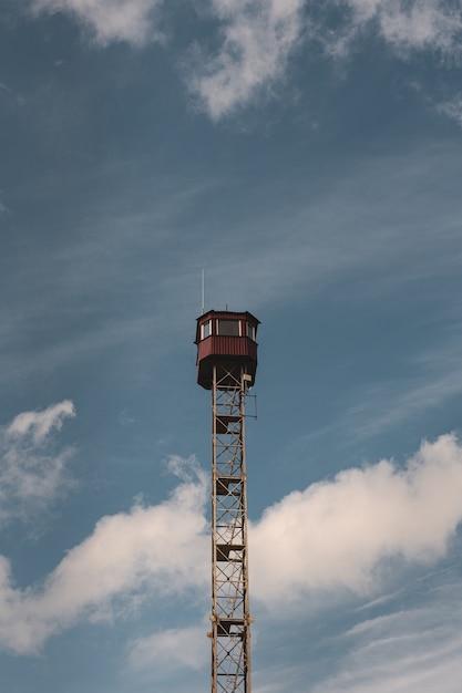 Verticaal schot van een uitkijktoren en een blauwe hemel Gratis Foto