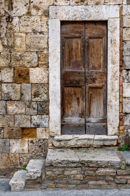 Verticaal schot van één van de ingang van het historische gebouw van san gimignano in toscanië, florence Gratis Foto