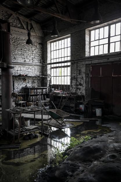 Verticaal schot van een verlaten rommelig pakhuis Gratis Foto