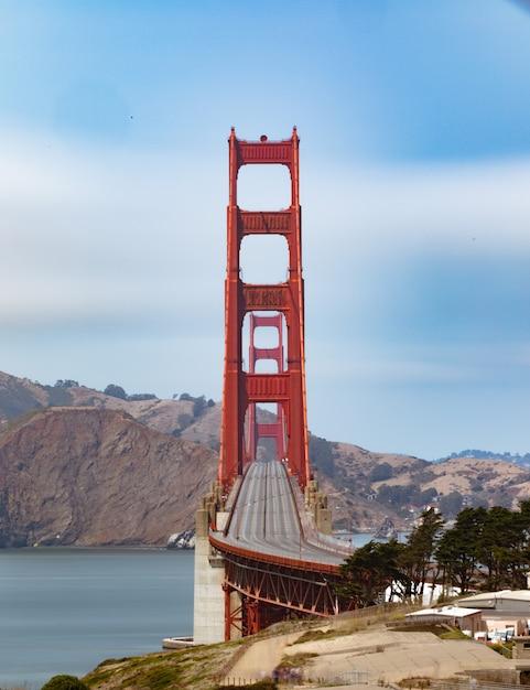 Verticaal schot van lege golden gate bridge in san francisco, californië Gratis Foto