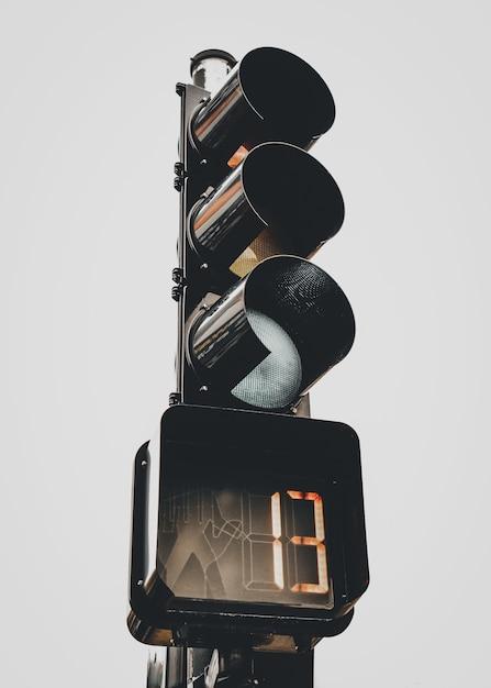 Verticaal schot van verkeerslicht met nummer 13 op de stopwatch Gratis Foto