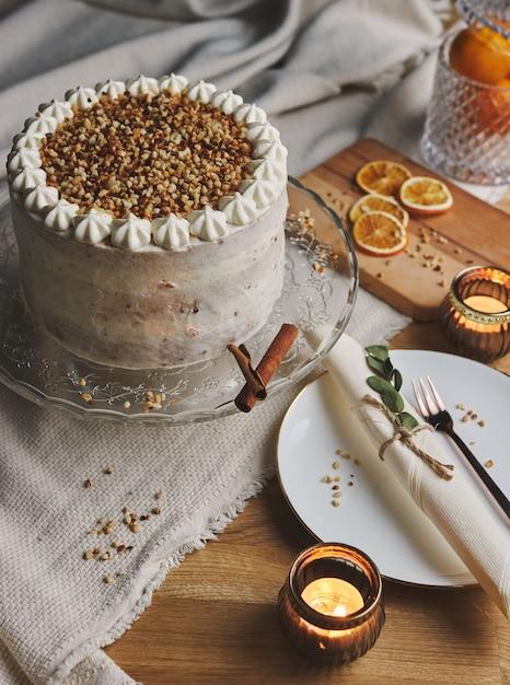 Verticale afbeelding van een witte heerlijke kerst cake met noten en mandarijn Gratis Foto