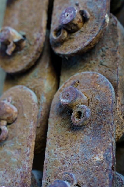 Verticale foto van oude roestige ijzeren stukken met elkaar verbonden vintage en antiek concept Premium Foto