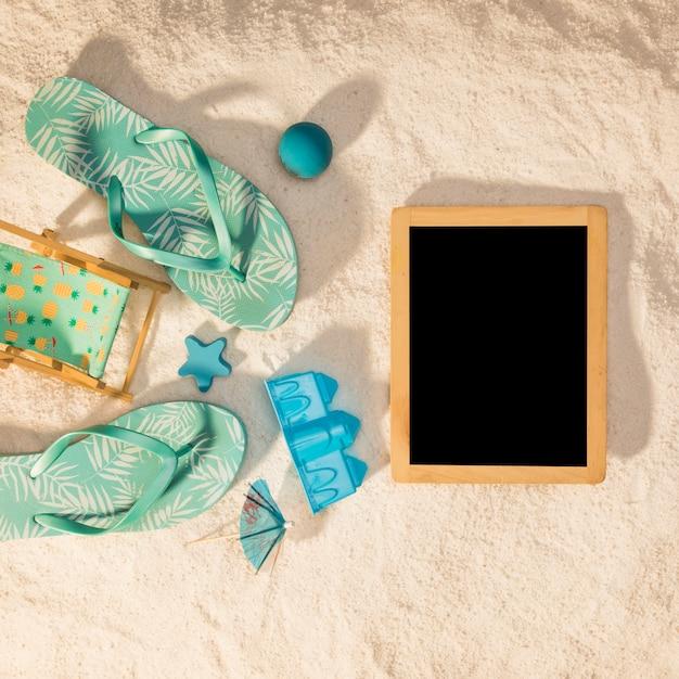 Verticale fotolijst met blauwe strandattributen Gratis Foto