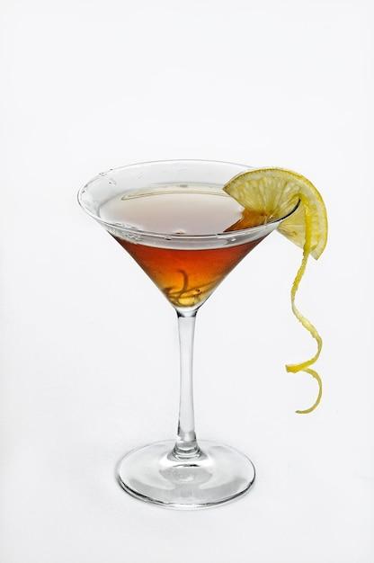 Verticale geïsoleerde shot van cosmopolitan cocktail - perfect voor menugebruik Gratis Foto