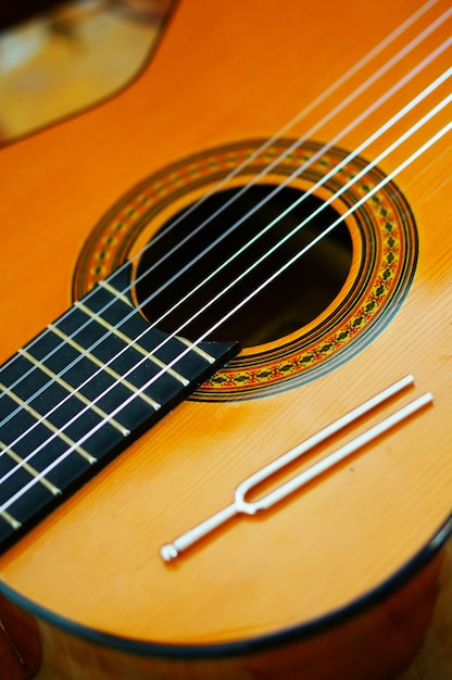Verticale hoge hoek close-up van de snaren van een klassieke gitaar Gratis Foto