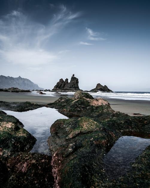 Verticale hoge hoek opname van de rotsachtige kust van de zee Gratis Foto