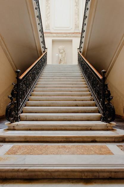 Verticale lage hoek shot van een trap in een prachtig historisch gebouw Gratis Foto