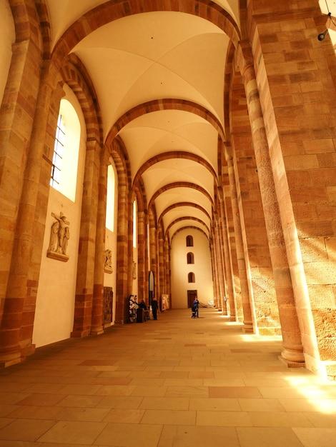 Verticale opname van de binnenkant van de kathedraal van speyer in duitsland Gratis Foto