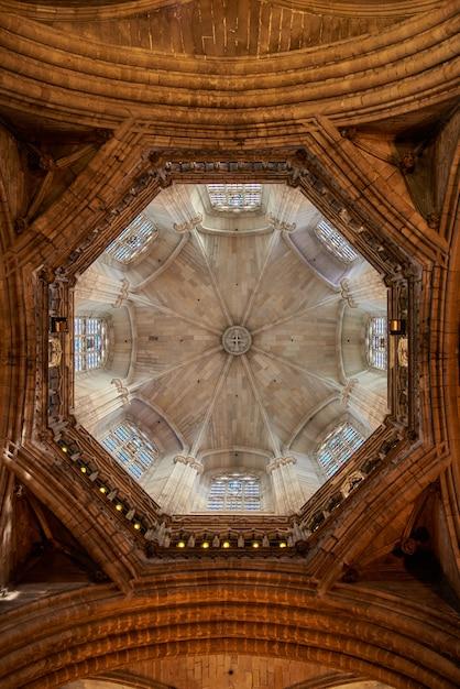 Verticale opname van de binnenkant van de koepel in de kathedraal van barcelona Gratis Foto