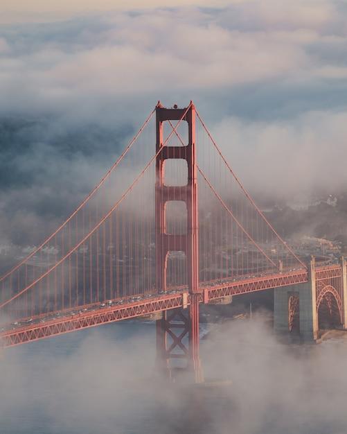 Verticale opname van de golden gate bridge bedekt met de mist Gratis Foto