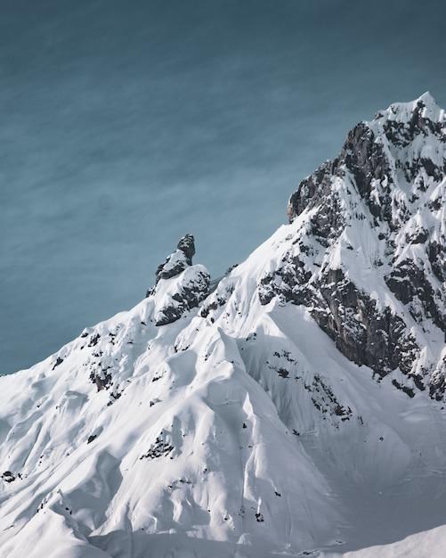 Verticale opname van de prachtige besneeuwde bergtoppen Gratis Foto