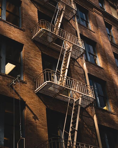 Verticale opname van een appartement met een brandladders aan de zijkant Gratis Foto