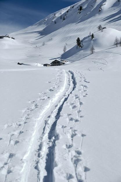 Verticale opname van een berg bedekt met sneeuw in col de la lombarde isola 2000 frankrijk Gratis Foto