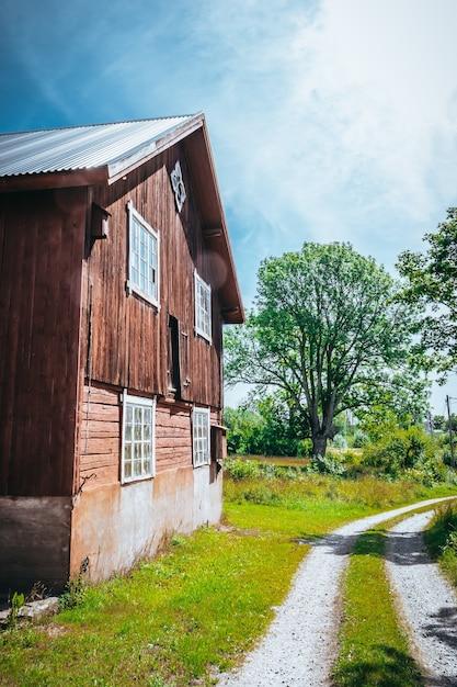 Verticale opname van een grote houten schuur op het platteland Gratis Foto