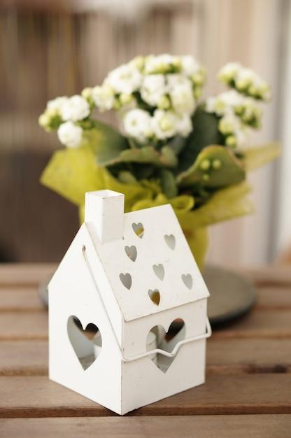 Verticale opname van een metalen doos voor kaarsen op een houten oppervlak Gratis Foto