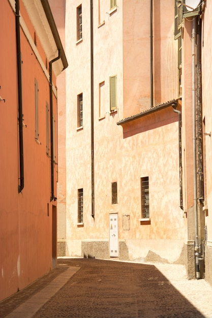 Verticale opname van een pad in het midden van gebouwen overdag Gratis Foto