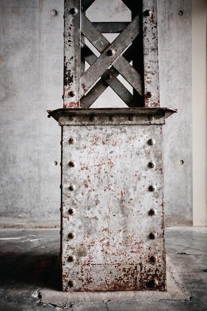 Verticale opname van een roestige metalen standaard in roubaix, frankrijk Gratis Foto