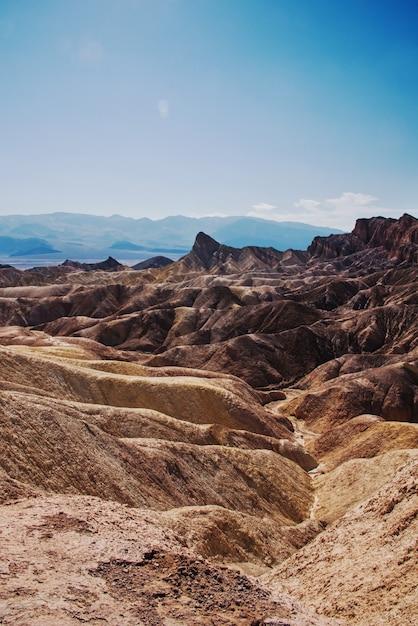 Verticale opname van een woestijngebied met rotsachtige heuvels Gratis Foto