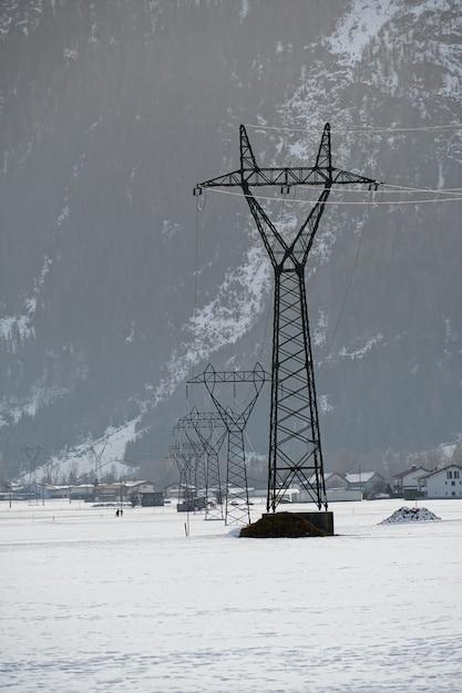 Verticale opname van een zendmast met een besneeuwd oppervlak tijdens de winter Gratis Foto