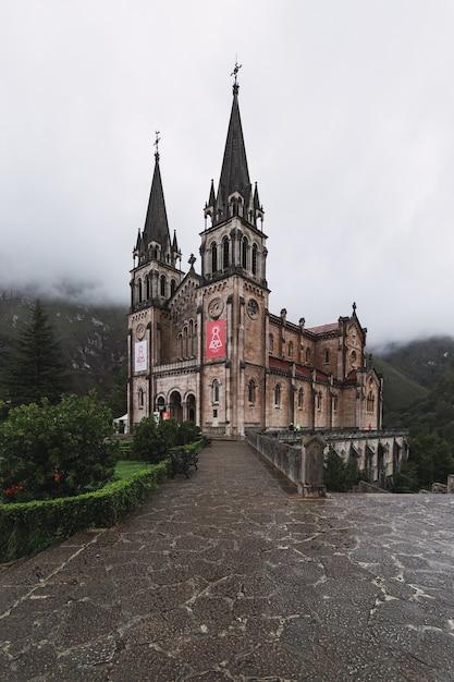 Verticale opname van het parque nacional de los picos de europa cordinanes, spanje Gratis Foto