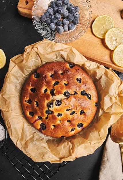 Verticale shot van een cherry cake met suikerpoeder en ingrediënten Gratis Foto