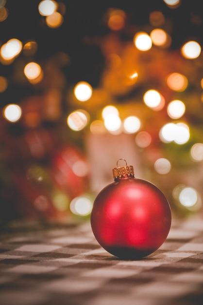 Verticale shot van een kerst versiering door de wazige lichten Gratis Foto