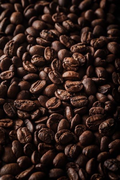 Verticale shot van veel koffiebonen achtergrond Gratis Foto