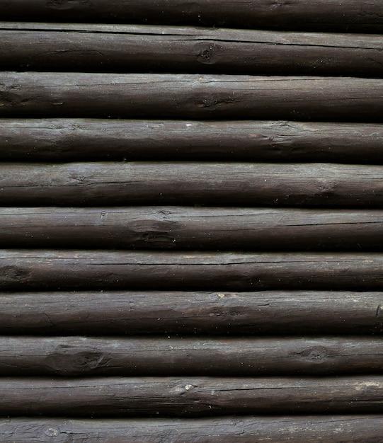 Verticale stapel van houten boomstammen Gratis Foto