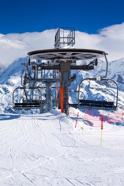 Verticale weergave van skilift stoelen op heldere winterdag Gratis Foto