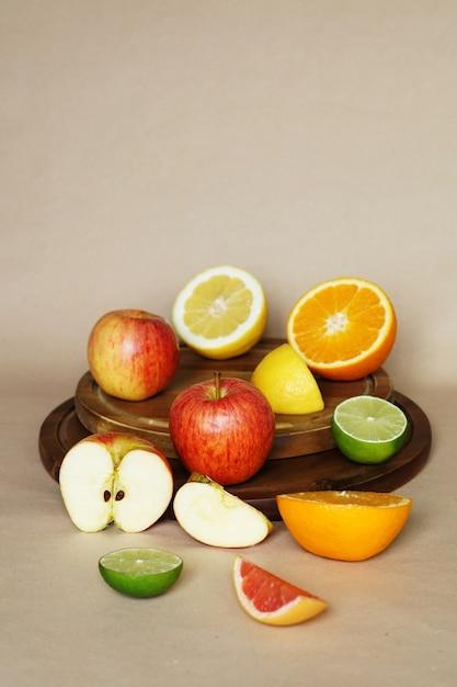 Verticale weergave van verschillende groenten en fruit op een cirkelvormig houten object Gratis Foto