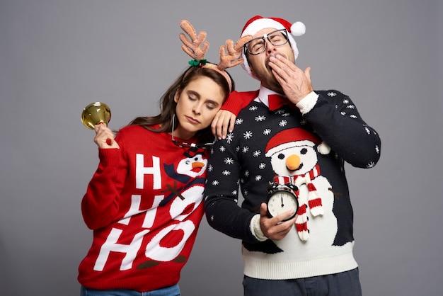 Verveeld paar slapen met kerstmis Gratis Foto