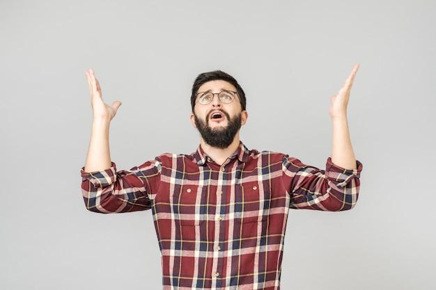 Verwarde man die vanuit de hemel vraagt en zijn hand opheft Premium Foto