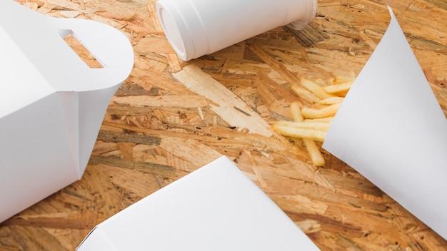 Verwerkingskop en voedselpakketspot omhoog op houten achtergrond Gratis Foto