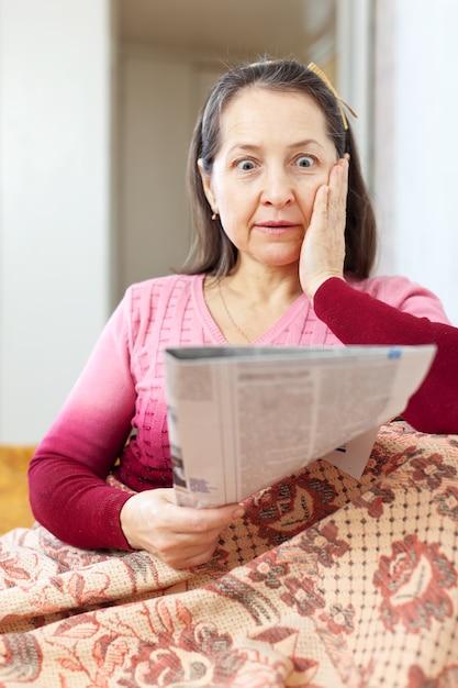 Verwonderlijk vrouw verdriet na gelezen krant Gratis Foto