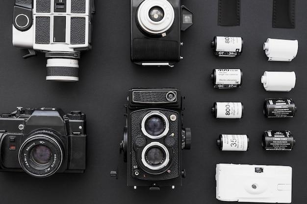 Verzameling van camera's dichtbij rijen van film Gratis Foto