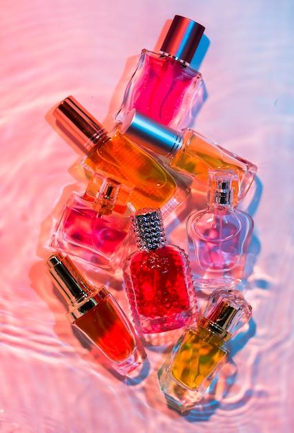 Verzameling van kleine parfumflesjes Gratis Foto