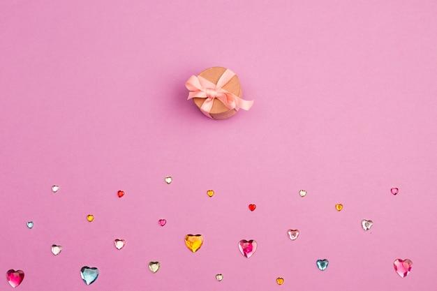 Verzameling van kristallen harten en geschenkdoos Gratis Foto