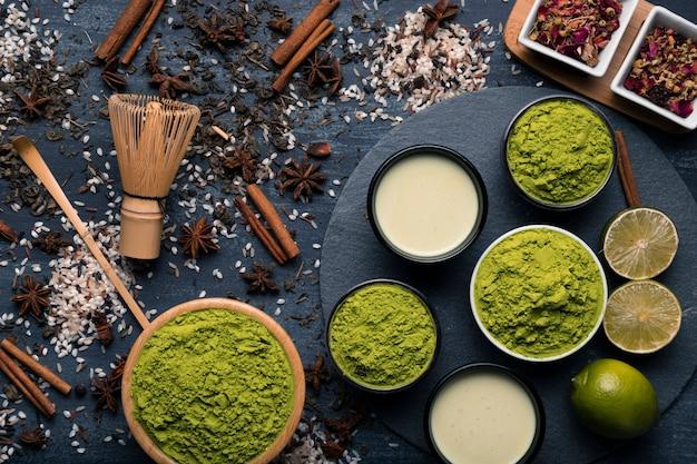Verzameling van verschillende soorten groene thee granulatie Gratis Foto