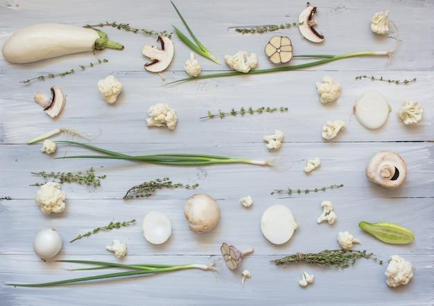 Verzameling van verse witte groen getinte groenten en fruit rauwe producten Premium Foto