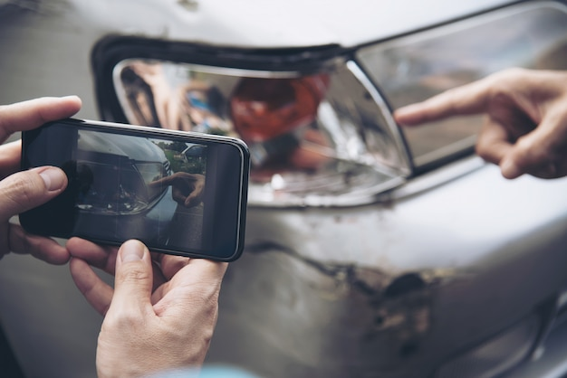 Verzekeringsagent werkt tijdens on-site auto-ongevallenclaimproces, mensen en autoverzekeringsclaim Gratis Foto