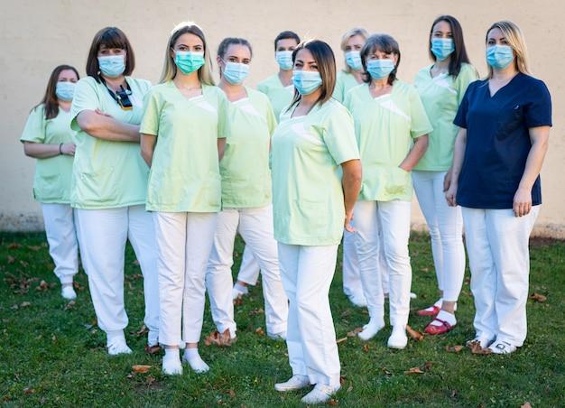 Verzorgend vrouwelijk team samen portret Premium Foto