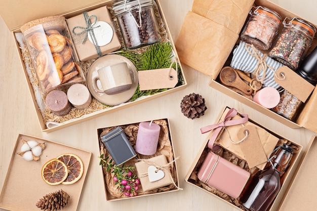 Verzorgingspakket voorbereiden, seizoensgeschenkdoos met koffie, koekjes, kaarsen, kruiden en bekers. gepersonaliseerde milieuvriendelijke mand voor familie en vrienden Premium Foto