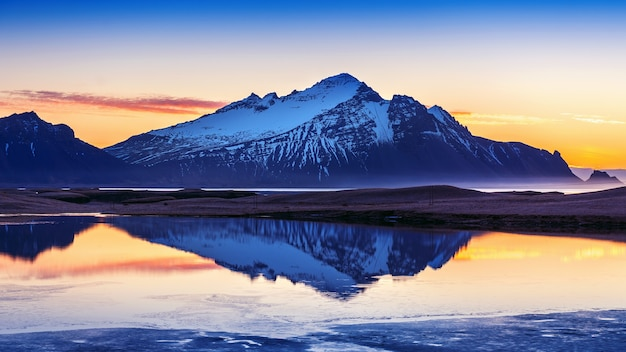 Vestrahorn-bergen bij zonsopgang in stokksnes, ijsland. Gratis Foto